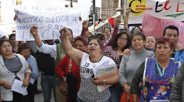 Comerciantes autorizados protestaron en la Plaza Grande, mientras una delegación se reunió con las autoridades. Foto: Eduardo Terán / EL COMERCIO